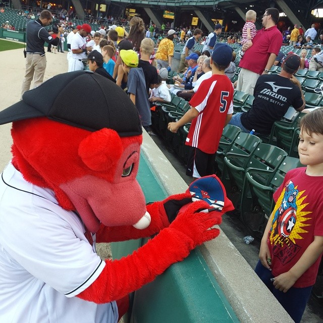 Max gets Rowdie's autograph